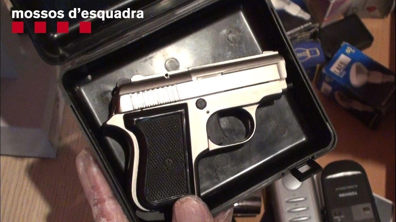 Pistola decomisada a los dos atracadores de bancos apresados en Barcelona en una operación conjunta de la Policía Nacional y los Mossos