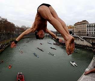Los saltos al río Tíber son tradición en Roma.