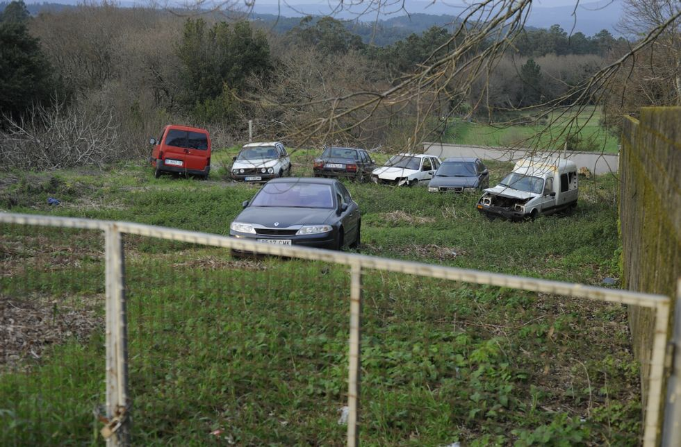 La parcela que se desafectará para vender albergaba ayer un total de siete coches.
