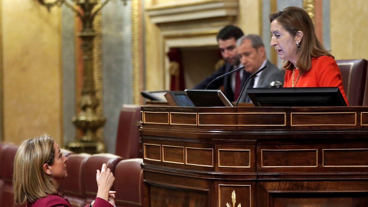 | EFE.«Valió la pena». Ana Pastor, en la foto con la canaria Ana Oramas, recibió una fuerte ovación tras un discurso de cierre de legislatura en el que dijo: «Valió la pena por ustedes, por España y los españoles».