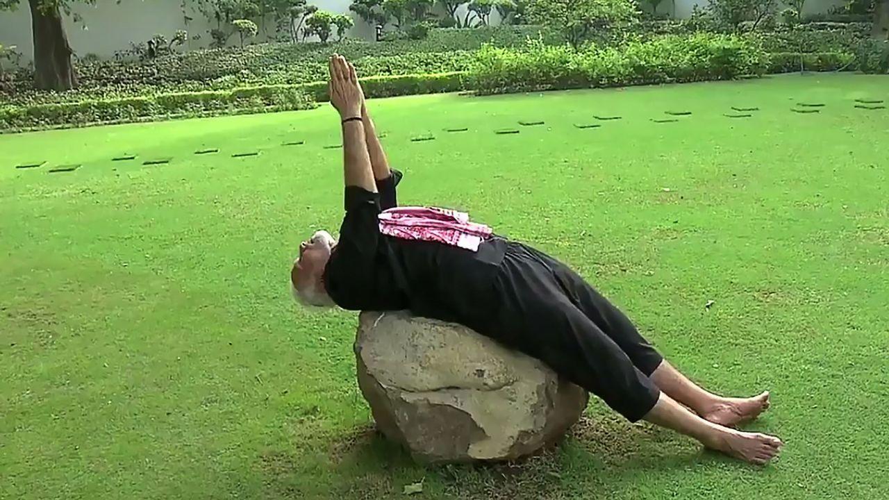 El primer ministro Narendra Modi hace yoga en Nueva Delhi