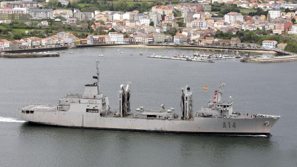 Vista del «Patiño» saliendo de la ría de Ferrol