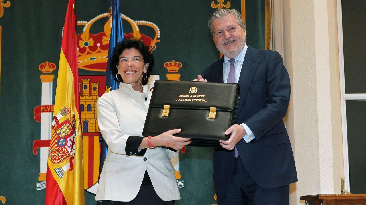 La nueva ministra de Educación y Formación Profesional, Isabel Celaá, recibe la cartera de la que es titular de manos del ministro saliente, Íñigo Méndez de Vigo.