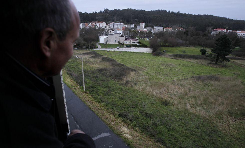 La parcela que albergará la escuela infantil y la residencia está detrás del paseo fluvial.