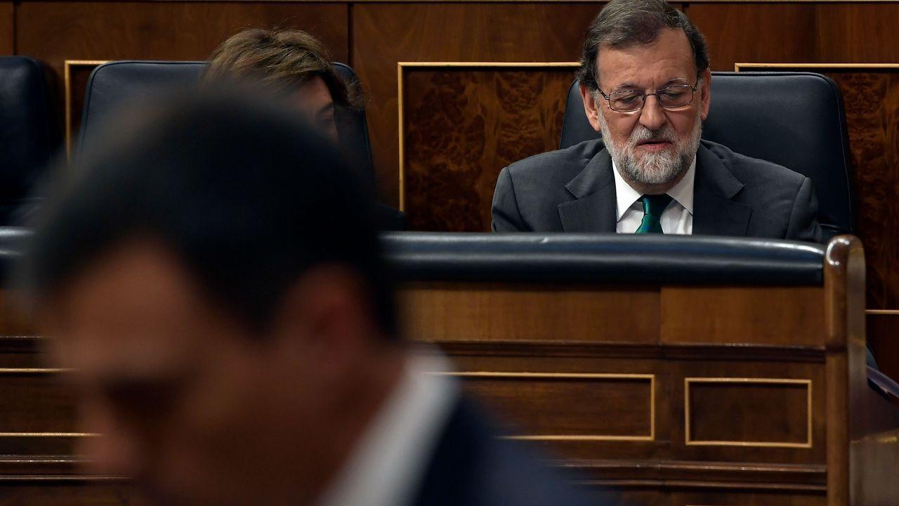 .Mariano Rajoy escucha la intervención de Pedro Sánchez durante la moción de censura.