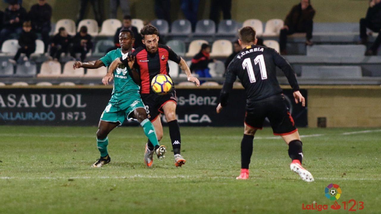 Yeboah Alex Menendez Reus Real Oviedo.Yeboah lucha con Alex Menendez por un balon