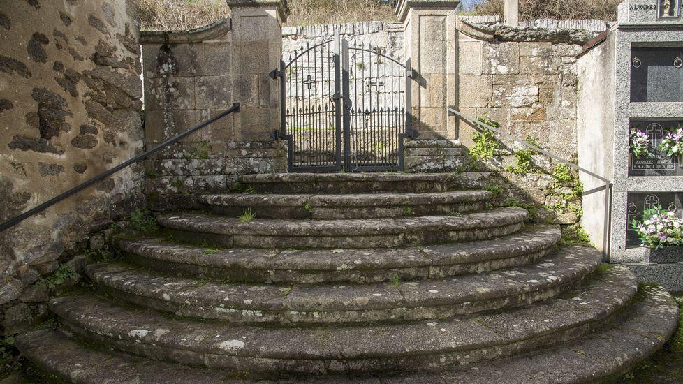 Escalera del atrio de la iglesia de San Salvador de Lumeares