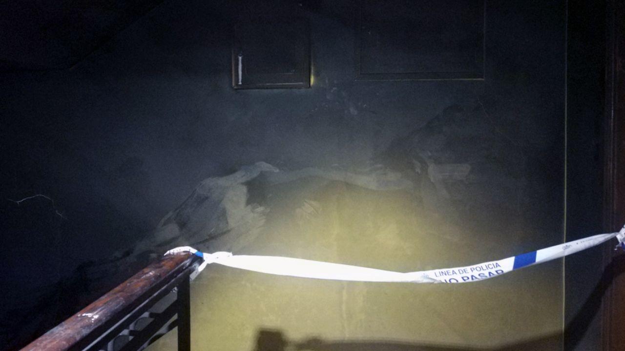 Interior quemado del portal incendiado en El Berrón.Interior quemado del portal incendiado en El Berrón