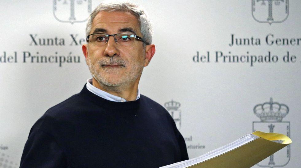 Gaspar Llamazares, en la sala de prensa de la Junta General.Gaspar Llamazares
