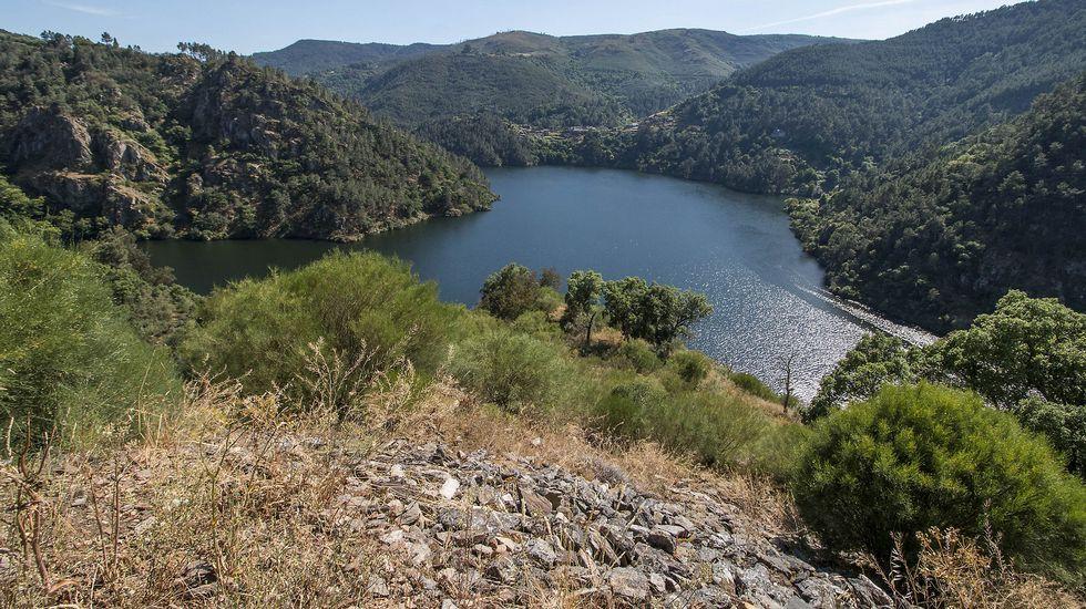.Una vista del Miño desde lo alto del castro. Al fondo se divisa en la margen opuesta el pueblo de Chouzán, perteneciente al municipio de Carballedo