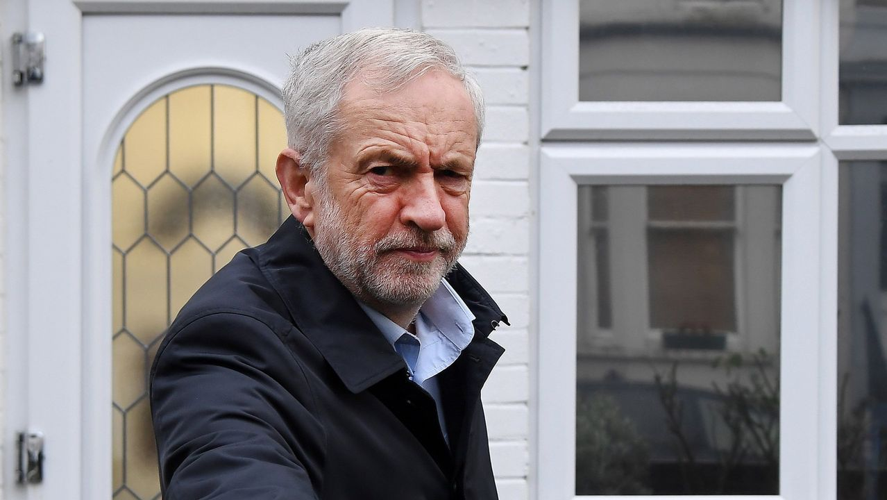 Partidarios de un segundo referendo pidieron a Corbyn un compromiso más firme..El narrador británico Jonathan Coe, en la entrega del premio de novela europea Casino de Santiago