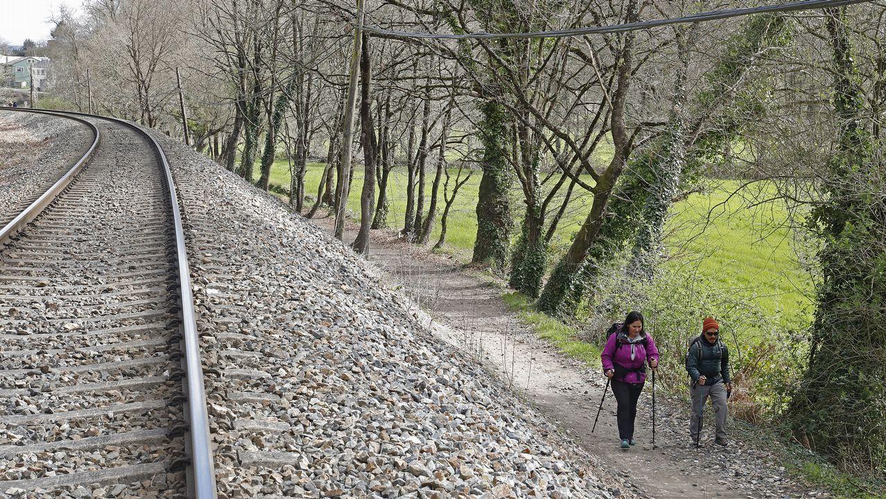 Una parte del primer tramo del Camino discurre entre el río y la vía