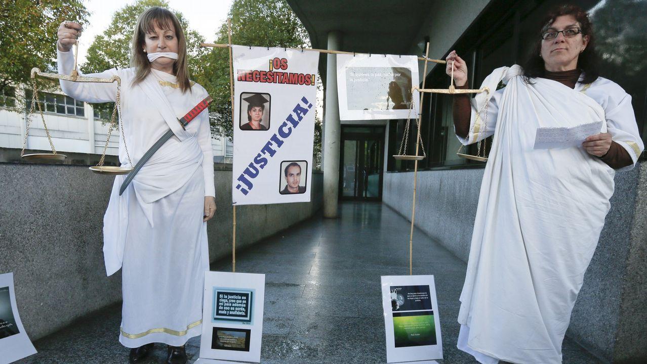 .Familiares y amigos de los dos asesinados protestan frente a los juzgados para pedir que se aclare el crimen
