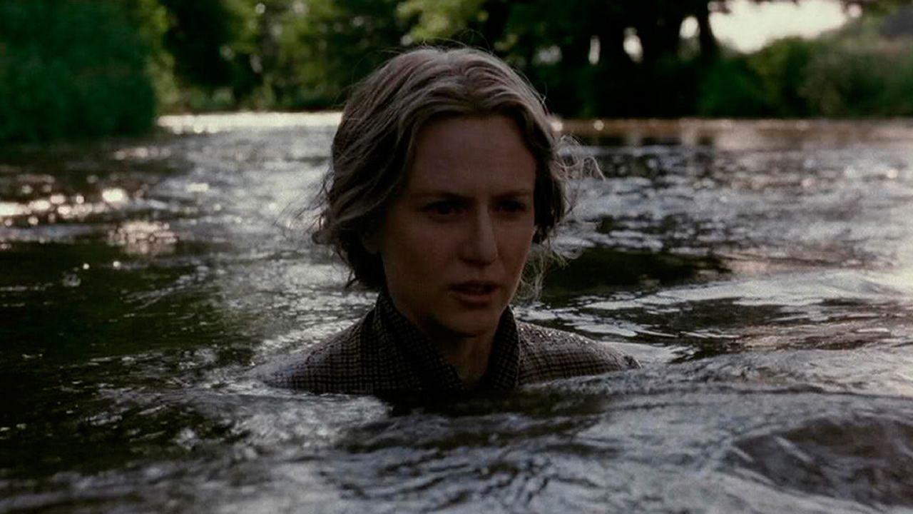 Fotograma de la película «Las Horas», en la que se recrea el suicidio de Woolf