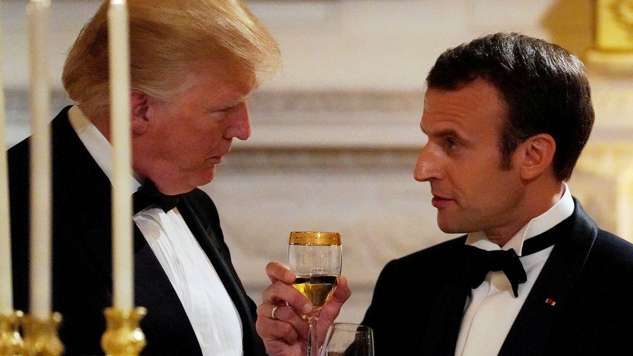 .El presidente francés Emmanuel Macron brinda con Donald Trump durante la cena ofrecida en la Casa Blanca