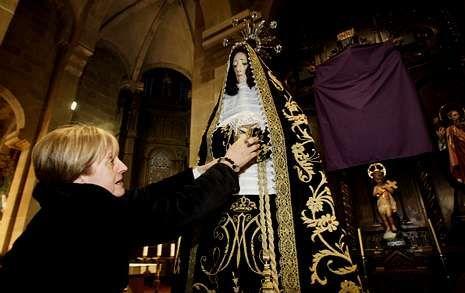 La carroza para la Virgen está siendo elaborada por las cuatro devotas encargadas de su altar.