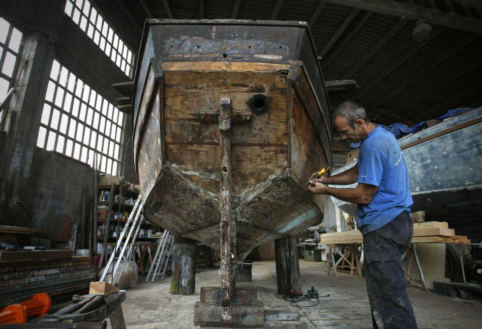 La rehabilitación de la «Surfeira» es una tarea que exige muchas horas de trabajo artesanal.