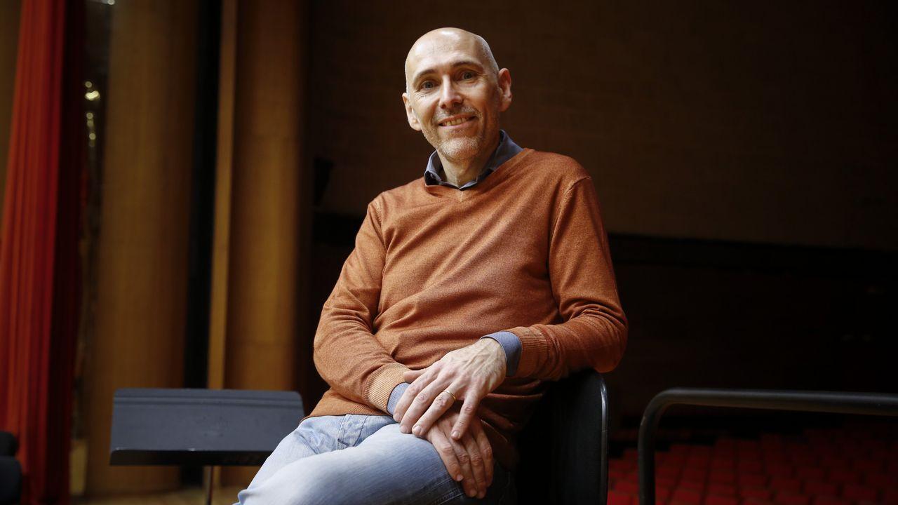 El rock sanxenxino hace bailar a los italianos.Enrico Onofri acompaña, por segunda vez, a la Real Filharmonía de Galicia en Santiago
