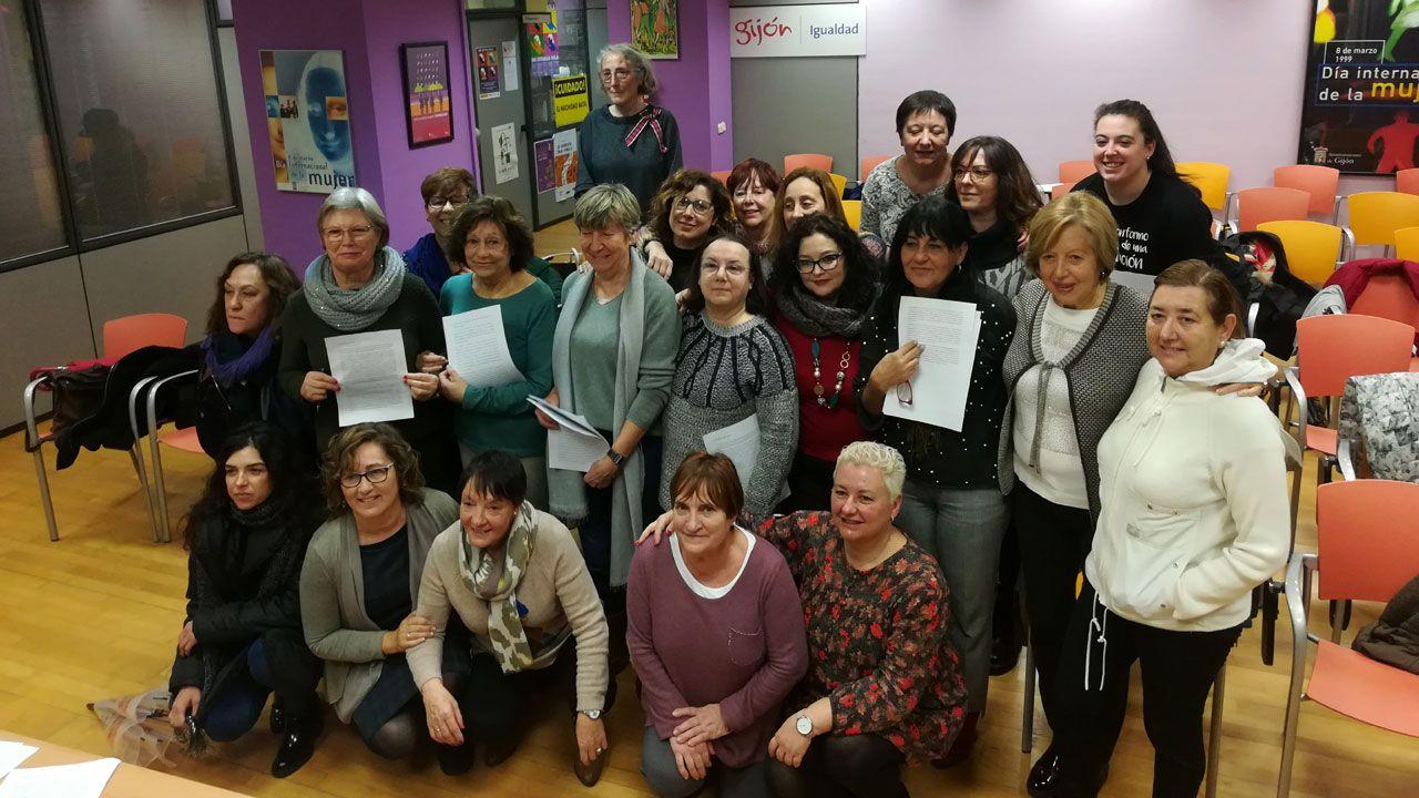 La fotógrafa Laura van Severen inmortaliza el vertedero de Serín.Representantes de las organizaciones firmantes del manifiesto feminista en la Casa de Encuentros de las Mujeres de Gijón