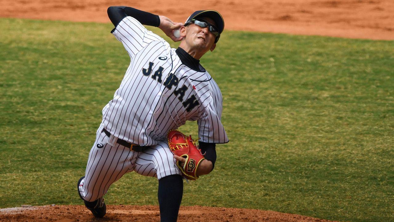 Un jugador de la selección japonesa de Béisbol lanza la pelota en un partido contra Corea del Sur