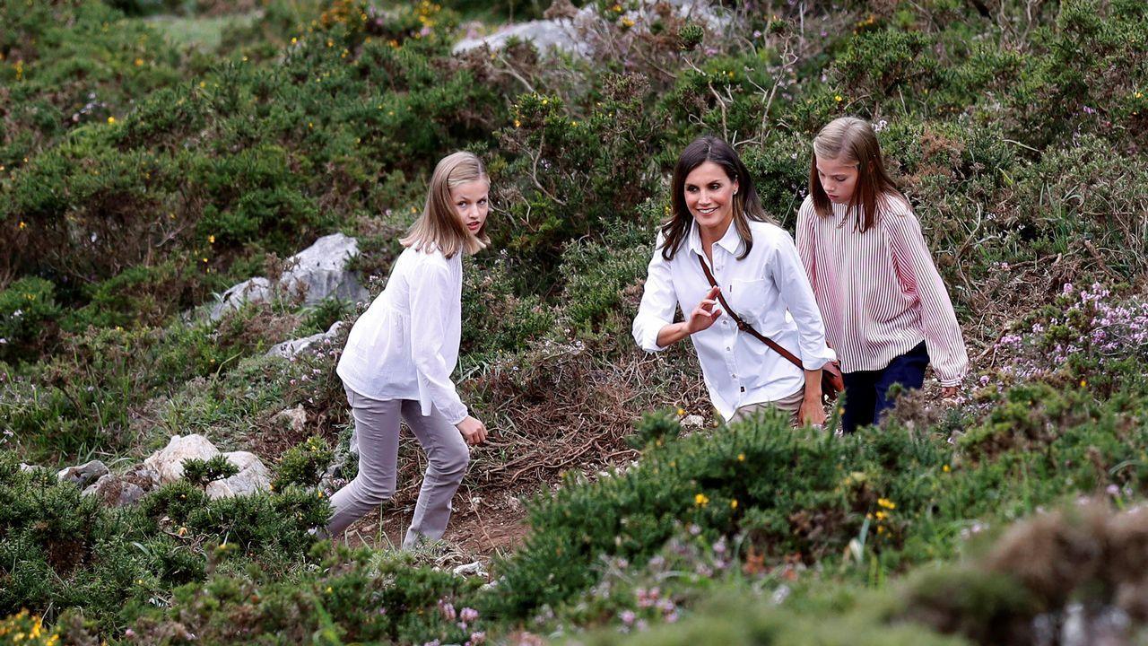La reina Letizia (c), la princesa Leonor (i) y la infanta Sofía durante el recorrido