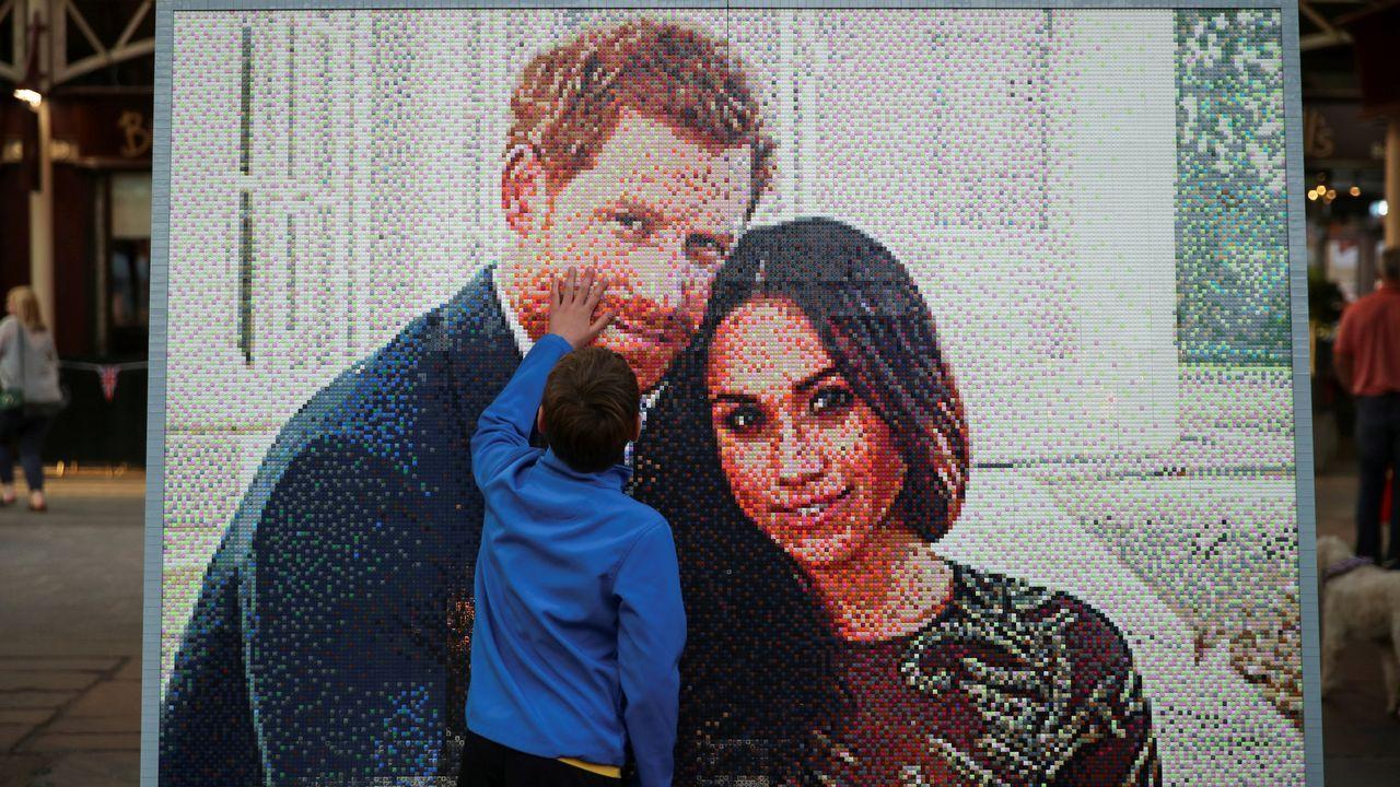 El príncipe Harry y Meghan Markle se dan el «sí quiero».Mosaico con la imagen de la pareja creado con piezas de LEGO