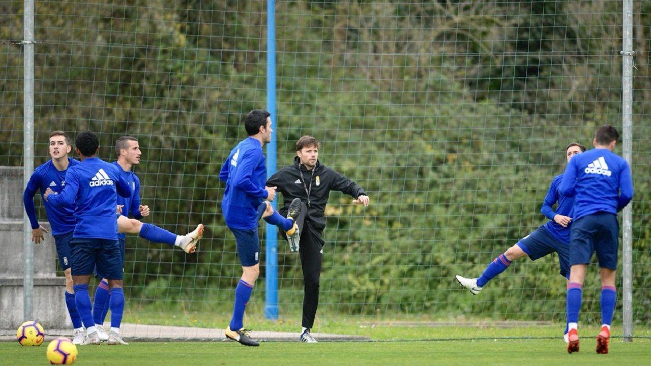 Los jugadores del Oviedo calientan con Marcos Marcén