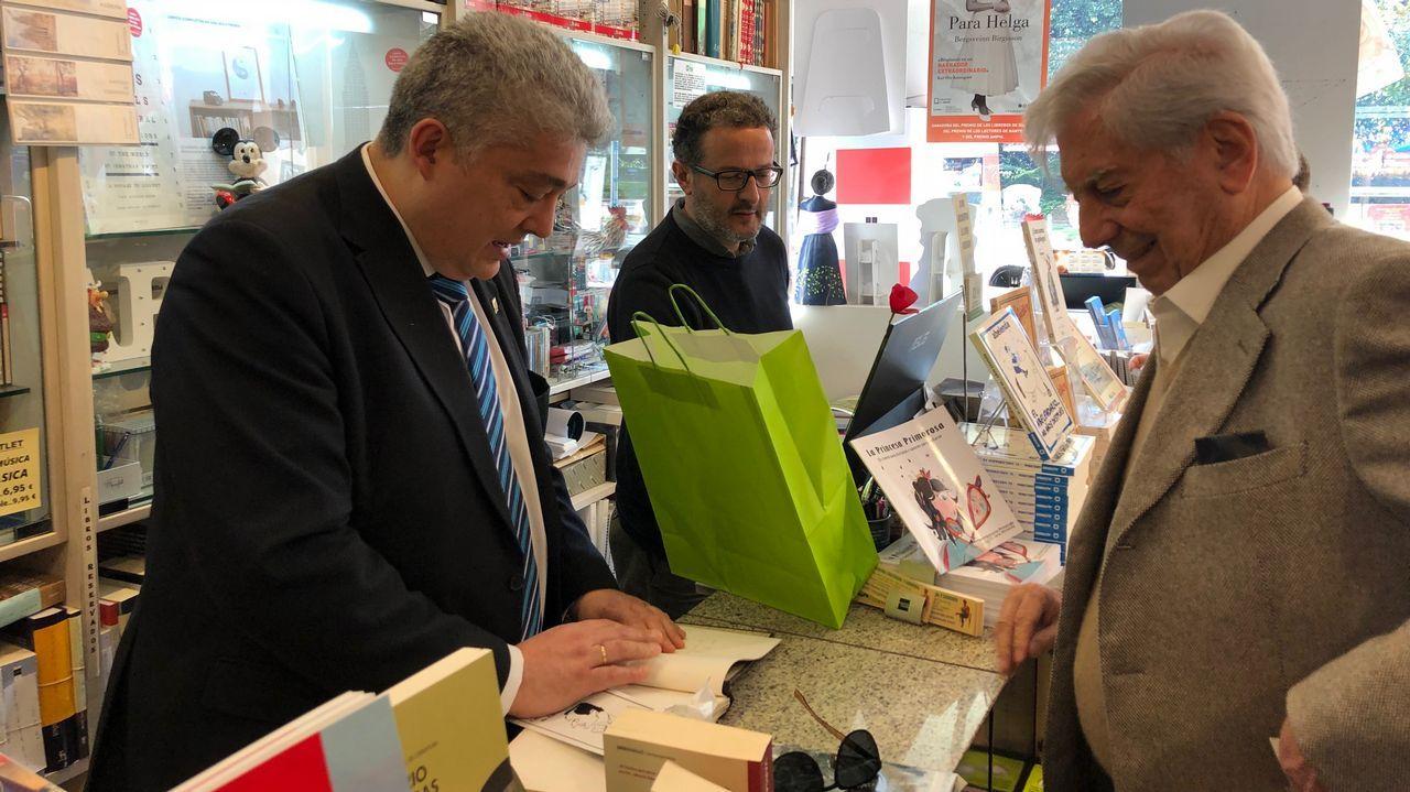 vargas.Vargas Llosa, en la librería Arenas.
