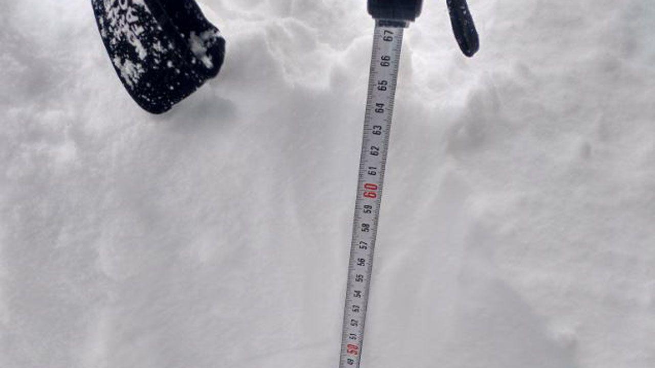 Midiendo la nieve, más de 60 centímetros en el refugio del Meicín