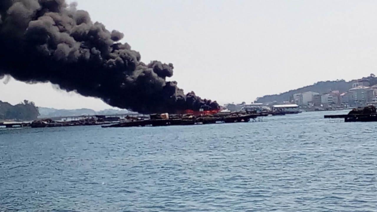 Los bomberos se afanaron en apagar el incendio del catamarán