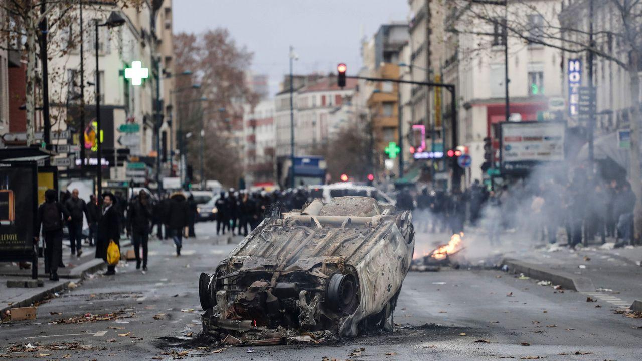 Disturbios en los barrios comerciales de París tras blindar la Policía los Campos Elíseos.Protesta de los chalecos amarillos en París