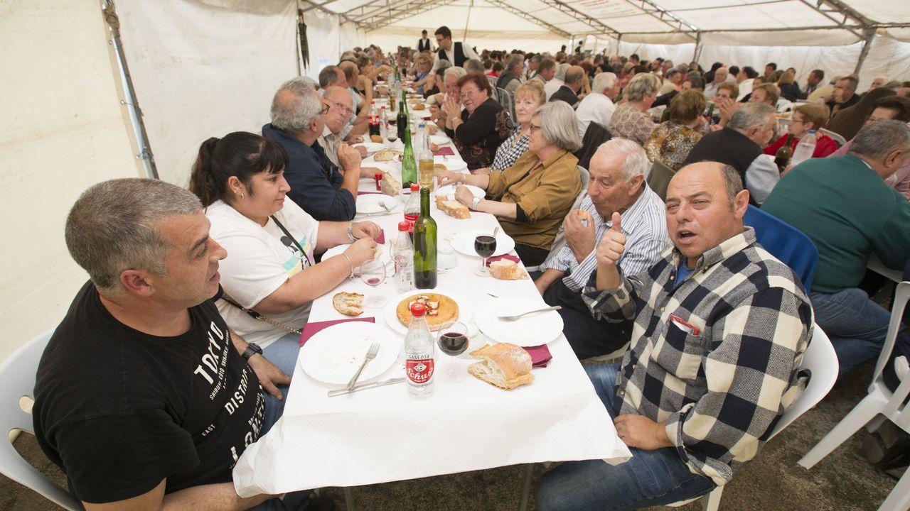 Cientos de comensales se sumaron ayer a la X Festa Gastronómica de Soandres. ¡Mira las fotos!.Telón y Aparte es una de las asociaciones que recibió ayudas del ente provincial