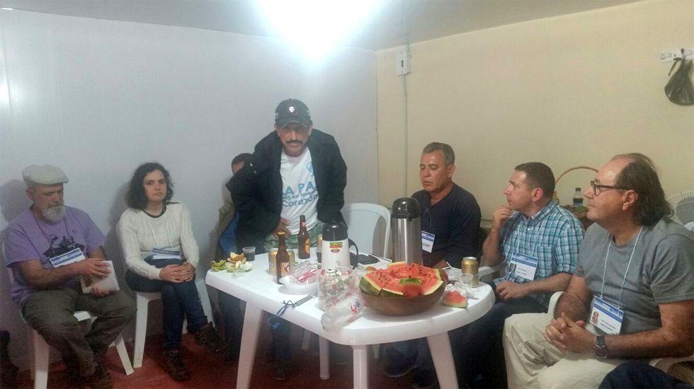 Suárez del Fueyo, a la derecha, y el resto de la delegación asturiana durante su entrevista en el veredal La Elvira