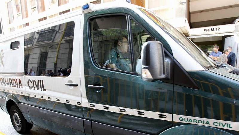 Llegada en un furgón de la Guardia Civil