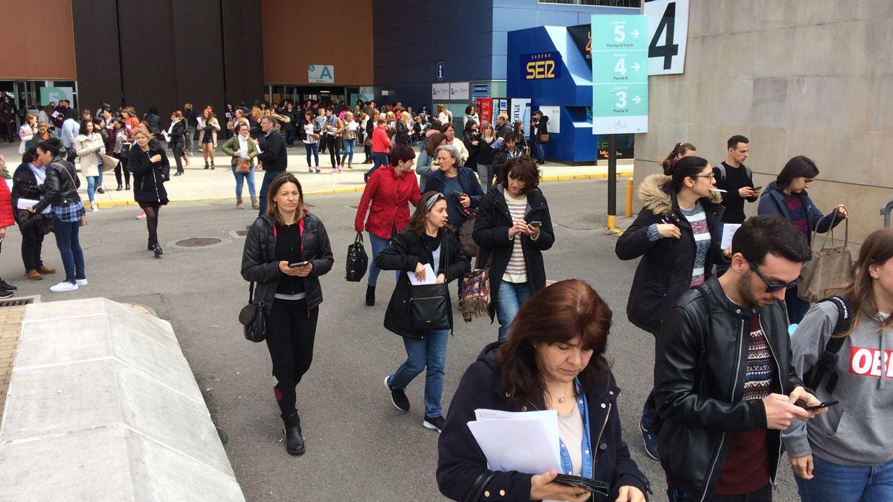 Hospital de Cabueñes, en Gijón.Los examinados en las oposiciones de enfermería del SESPA salen de la prueba