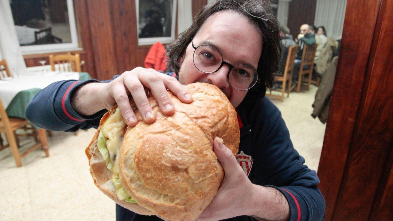 Hamburguesa de 2 kilos gratis para quien se la zampe en 45 minutos.En La Maña las hamburguesas se preparan con ternera gallega y a la parrilla