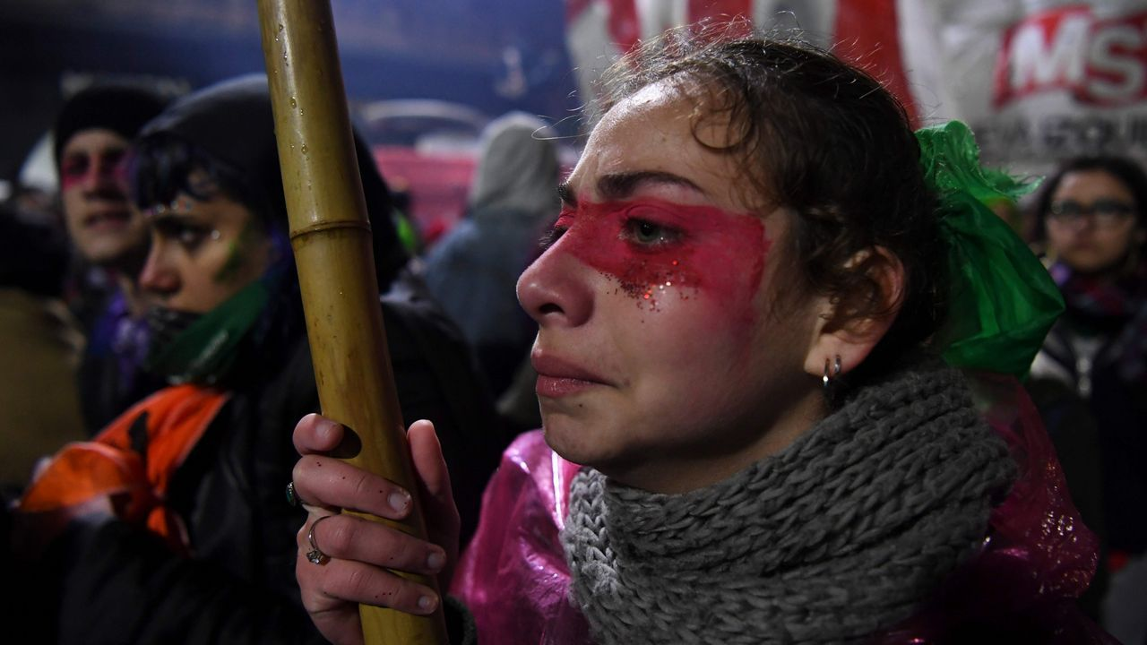 .Activistas a favor del aborto legal frente al Congreso en Buenos Aires