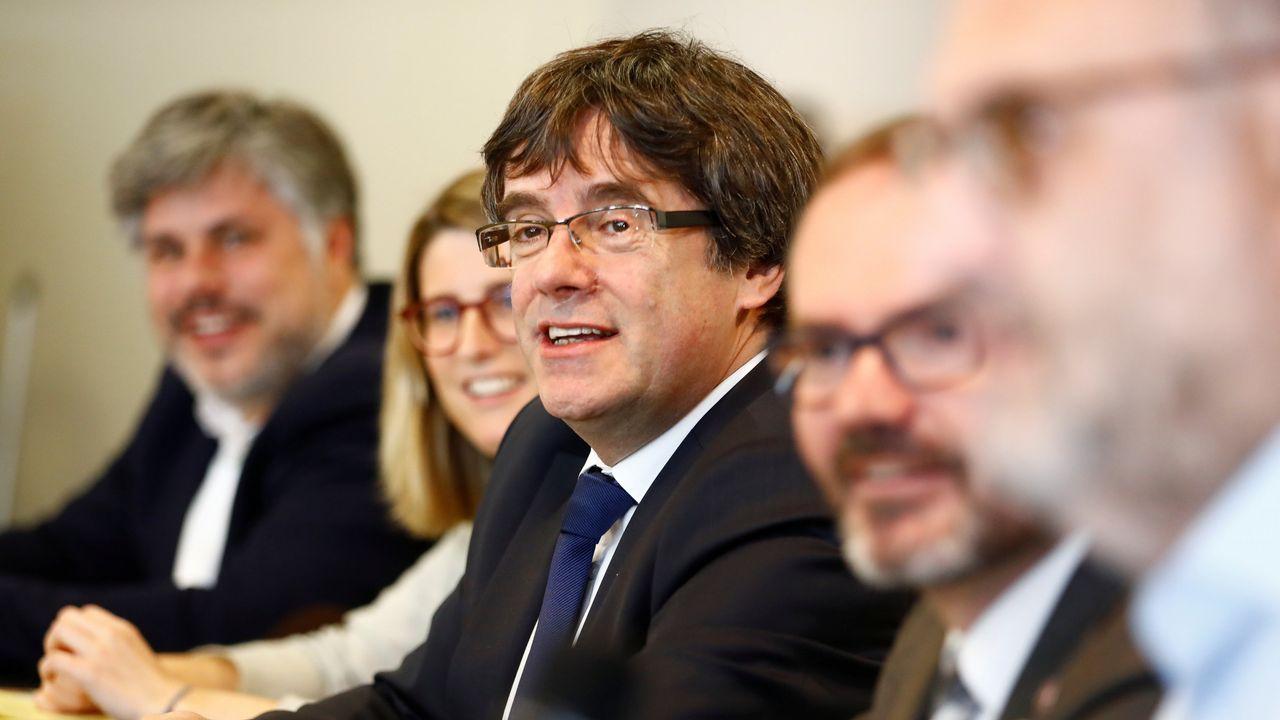 .La portavoz de JxCat, Elsa Artadi, y el vicepresidente del Parlamento catalán, Josep Costa, flanquean a Puigdemont en Bruselas