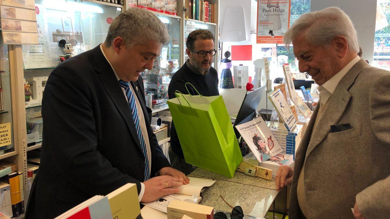 Al menos ocho muertos en un terrible accidente de autobús en Perú.Vargas Llosa, en la librería Arenas.