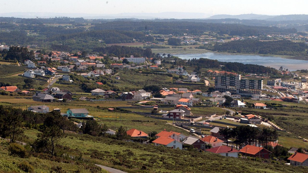 Medio Ambiente abre la laguna de Valdoviño para evitar inundaciones.Susana Veiga, con el cartel de la playa del Porto que dará nombre a una de las habitaciones
