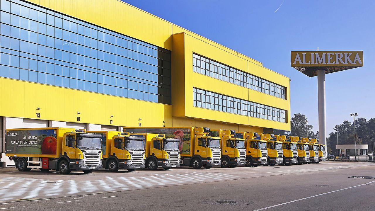 Llegan al puerto de A Coruña desde Egipto las piezas de la caldera de biomasa de Forestalia, en León.Camiones de Alimerka