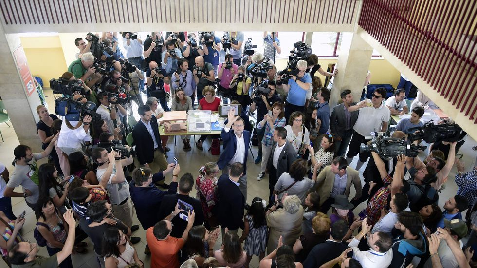 .Rajoy saluda tras depositar su voto en la urna