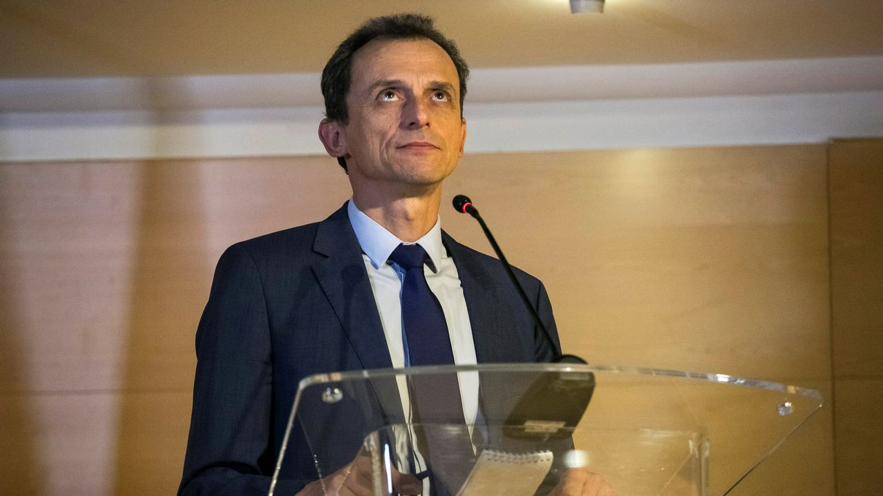 Pedro Duque niega irregularidades en la creación de su sociedad.Duque, hoy en Bruselas