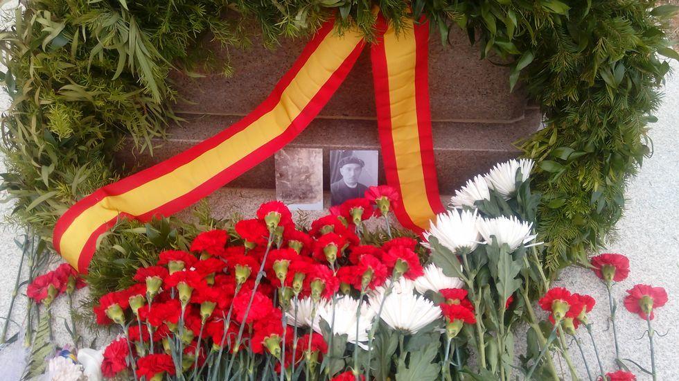 Monumento a los españoles fallecidos en los campos de trabajo de Karagandá (Kazajistán). Una de las fotos fue depositada por Javier Bilbao, nieto del marino Antonio Echaurren Ugarte, fallecido en el campo y allí enterrado.
