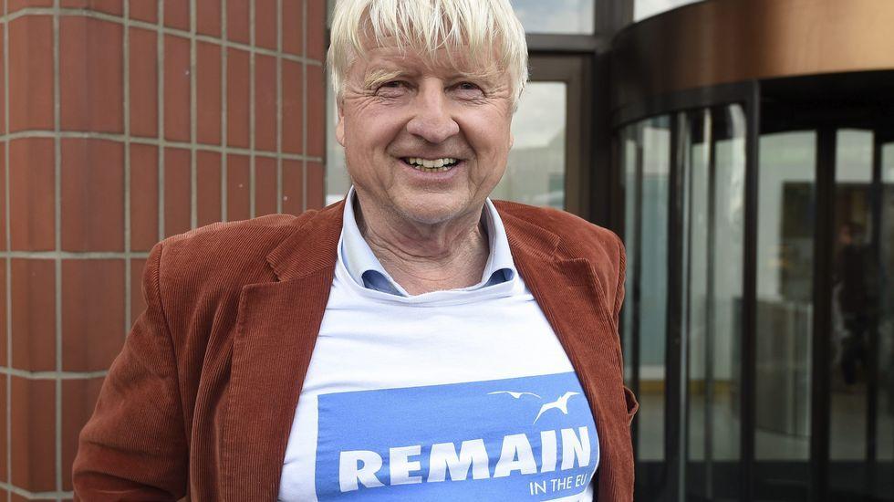 El padre de Boris Johnson, con una camiseta por la permanencia en la UE el día después de la votación.