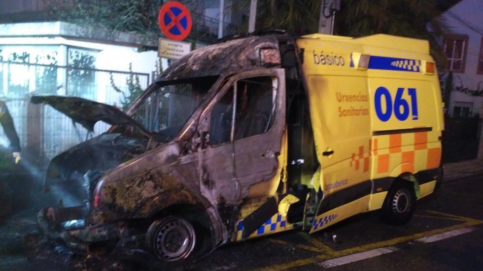 Ambulancia calcinada en Tui