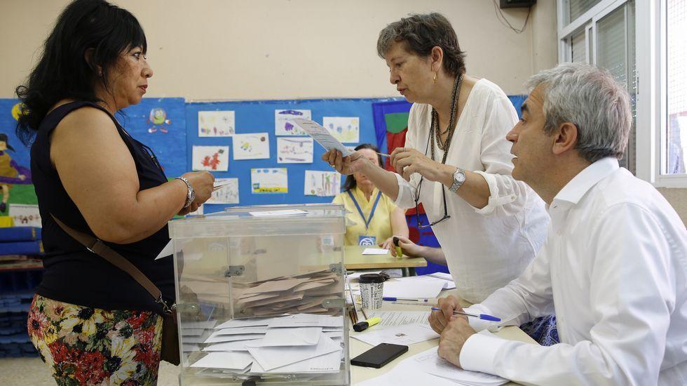 .El responsable estatal de Economía de Ciudadanos, Luis Garicano, ejerce de vocal en una mesa electoral de un colegio de la localidad madrileña de Pozuelo de Alarcón.