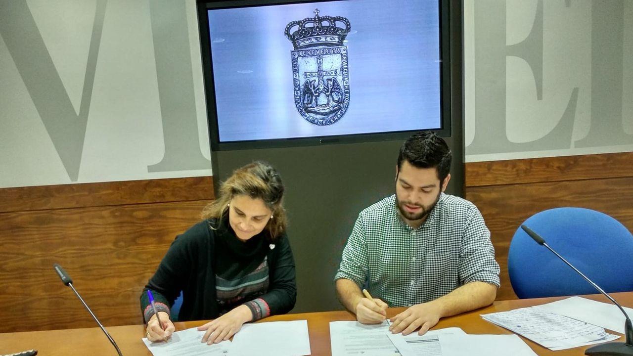 Cecilia Betancur y Rubén Rosón firman el acuerdo de colaboración entre el ayuntamiento y la universidad