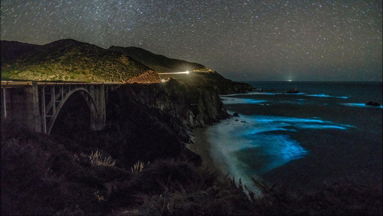 Fitoplancton bioluminiscente ilumina las aguas costeras en Big Sur, California