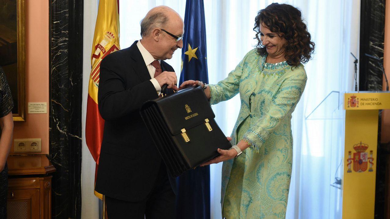 La nueva ministra de Hacienda, María Jesús Montero, recibe la cartera de la que es titular de manos del ministro saliente, Cristóbal Montoro.